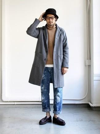 Cómo combinar: abrigo largo gris, jersey de cuello alto marrón claro, camiseta con cuello circular blanca, vaqueros azules