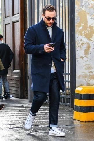 Cómo combinar unos pantalones: Si buscas un look en tendencia pero clásico, utiliza un abrigo largo azul marino y unos pantalones. Este atuendo se complementa perfectamente con tenis de cuero blancos.