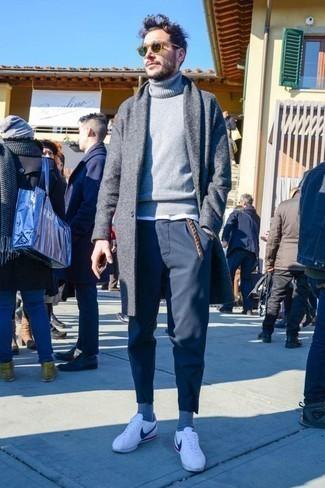 Cómo combinar un abrigo largo: Haz de un abrigo largo y un pantalón chino azul marino tu atuendo para el after office. Si no quieres vestir totalmente formal, haz tenis de cuero blancos tu calzado.