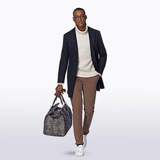 Cómo combinar: abrigo largo azul marino, jersey de cuello alto de punto blanco, pantalón chino marrón, tenis de cuero blancos