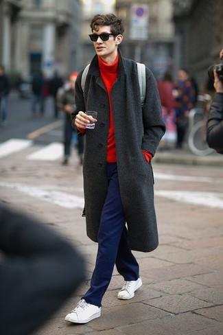 Cómo combinar: abrigo largo en gris oscuro, jersey de cuello alto rojo, pantalón chino azul marino, tenis blancos