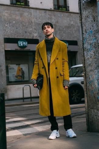 Cómo combinar: abrigo largo mostaza, jersey de cuello alto de lana de punto en gris oscuro, pantalón chino negro, deportivas blancas