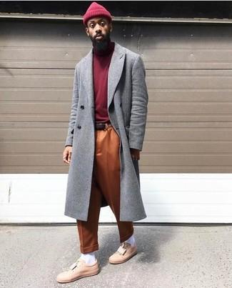 Cómo combinar: abrigo largo gris, jersey de cuello alto burdeos, pantalón chino naranja, tenis de cuero rosados