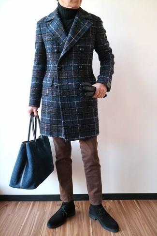 Cómo combinar: abrigo largo de tartán azul marino, jersey de cuello alto de punto negro, pantalón chino marrón, botas safari de ante negras