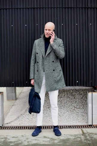 Cómo combinar: abrigo largo de espiguilla gris, jersey de cuello alto negro, pantalón chino blanco, mocasín de ante azul marino