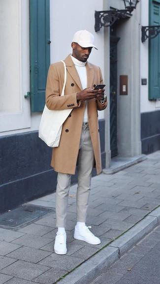 Cómo combinar: abrigo largo marrón claro, jersey de cuello alto blanco, pantalón chino gris, tenis de cuero blancos