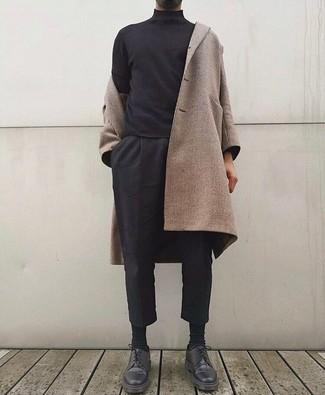 Cómo combinar: abrigo largo en beige, jersey de cuello alto negro, pantalón chino negro, zapatos derby de cuero negros