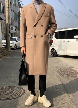 Cómo combinar: abrigo largo marrón claro, jersey de cuello alto gris, pantalón chino negro, deportivas en beige