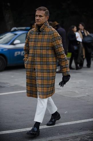 Cómo combinar un abrigo largo de tartán en beige: Si buscas un estilo adecuado y a la moda, empareja un abrigo largo de tartán en beige junto a un pantalón chino blanco. ¿Por qué no ponerse mocasín de cuero negro a la combinación para dar una sensación más clásica?