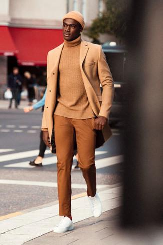 Cómo combinar: abrigo largo marrón claro, jersey de cuello alto marrón claro, pantalón chino en tabaco, tenis de cuero blancos