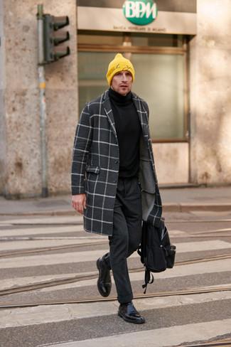 Cómo combinar un pantalón chino de lana en gris oscuro: Elige un abrigo largo a cuadros en gris oscuro y un pantalón chino de lana en gris oscuro para lograr un look de vestir pero no muy formal. Botines chelsea de cuero negros añaden la elegancia necesaria ya que, de otra forma, es un look simple.
