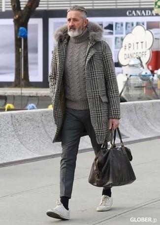 Look de moda: Abrigo largo de pata de gallo gris, Jersey de cuello alto de punto gris, Pantalón chino de lana en gris oscuro, Tenis de cuero blancos