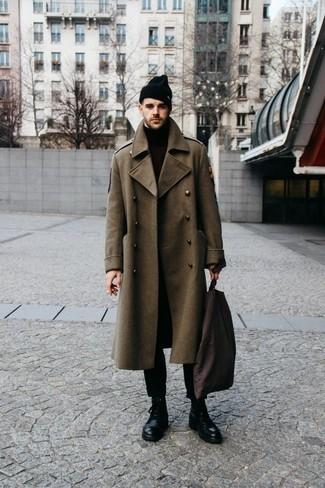 Outfits hombres en clima frío: Si buscas un estilo adecuado y a la moda, intenta ponerse un abrigo largo verde oliva y un pantalón chino negro. Botas casual de cuero negras son una opción incomparable para complementar tu atuendo.