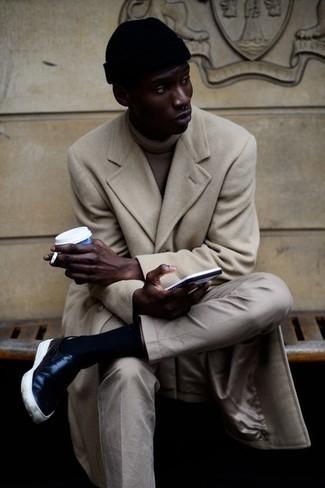 Cómo combinar un pantalón chino en beige: Empareja un abrigo largo en beige junto a un pantalón chino en beige para las 8 horas. ¿Quieres elegir un zapato informal? Opta por un par de zapatillas slip-on de cuero negras para el día.