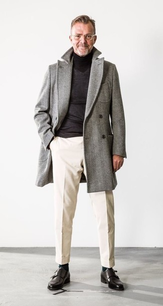 Cómo combinar un abrigo largo de espiguilla gris: Si buscas un look en tendencia pero clásico, usa un abrigo largo de espiguilla gris y un pantalón chino en beige. Con el calzado, sé más clásico y opta por un par de zapatos con doble hebilla de cuero negros.
