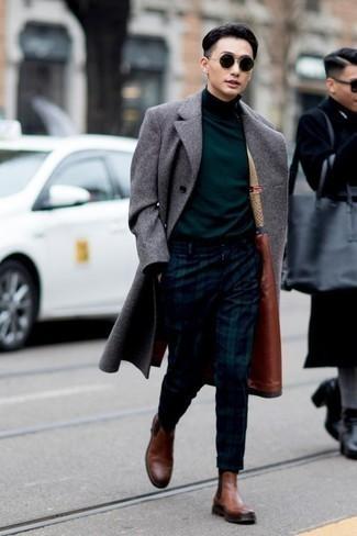 Cómo combinar un jersey de cuello alto verde oscuro: Para un atuendo que esté lleno de caracter y personalidad empareja un jersey de cuello alto verde oscuro junto a un pantalón chino de tartán en azul marino y verde. Con el calzado, sé más clásico y elige un par de botines chelsea de cuero marrónes.