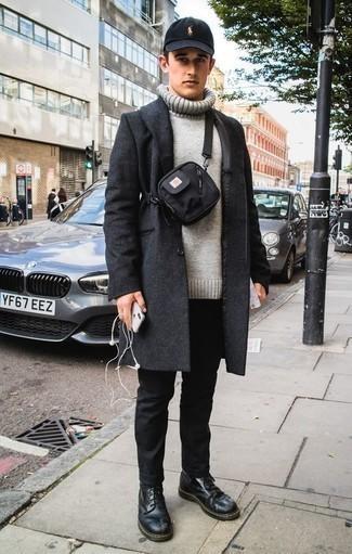 Cómo combinar un abrigo largo en gris oscuro: Haz de un abrigo largo en gris oscuro y un pantalón chino negro tu atuendo para después del trabajo. Botas casual de cuero negras son una opción práctica para complementar tu atuendo.