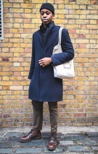 Cómo combinar un pantalón chino marrón para hombres de 20 años: Equípate un abrigo largo azul marino junto a un pantalón chino marrón para lograr un look de vestir pero no muy formal. Botas casual de cuero burdeos son una opción incomparable para complementar tu atuendo.