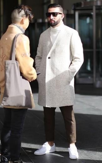 Cómo combinar unas gafas de sol en marrón oscuro para hombres de 30 años: Considera emparejar un abrigo largo blanco junto a unas gafas de sol en marrón oscuro transmitirán una vibra libre y relajada. Tenis de cuero blancos son una opción inigualable para complementar tu atuendo.