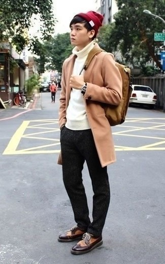Outfits hombres en primavera 2020: Emparejar un abrigo largo marrón claro con un pantalón chino en gris oscuro es una opción grandiosa para un día en la oficina. Activa tu modo fiera sartorial y haz de zapatos brogue de cuero marrónes tu calzado. ¡Nos gusta mucho el atuendo! Es una opción excelente para las jornadas de primavera.