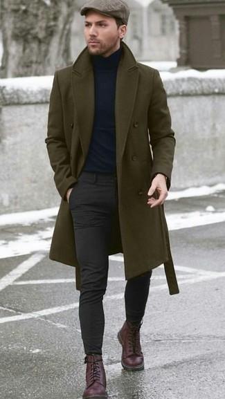 Cómo combinar un abrigo largo verde oliva: Intenta ponerse un abrigo largo verde oliva y un pantalón chino en gris oscuro para un lindo look para el trabajo. Completa el look con botas casual de cuero burdeos.