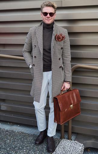 Cómo combinar un portafolio de cuero marrón: Para un atuendo tan cómodo como tu sillón intenta combinar un abrigo largo a cuadros marrón con un portafolio de cuero marrón. Con el calzado, sé más clásico y elige un par de zapatos brogue de cuero morado oscuro.