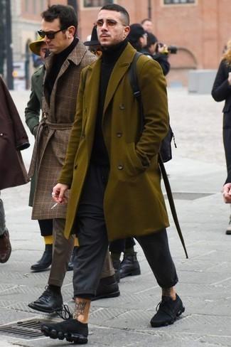 Cómo combinar un pantalón chino en gris oscuro: Si buscas un look en tendencia pero clásico, usa un abrigo largo verde oliva y un pantalón chino en gris oscuro. Para el calzado ve por el camino informal con deportivas negras.