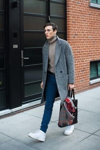 Cómo combinar una bolsa tote de cuero negra: Un abrigo largo azul y una bolsa tote de cuero negra son una opción buena para el fin de semana. Zapatillas altas de lona blancas son una opción atractiva para completar este atuendo.