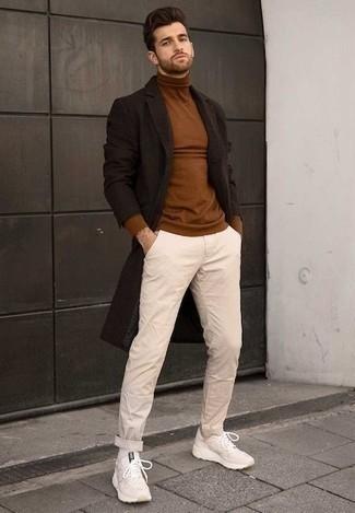 Cómo combinar un abrigo largo en marrón oscuro: Intenta ponerse un abrigo largo en marrón oscuro y un pantalón chino en beige para lograr un look de vestir pero no muy formal. ¿Quieres elegir un zapato informal? Usa un par de deportivas en beige para el día.