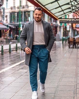 Cómo combinar un pantalón chino azul: Ponte un abrigo largo en gris oscuro y un pantalón chino azul para después del trabajo. Si no quieres vestir totalmente formal, usa un par de tenis de cuero blancos.