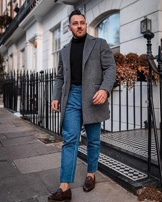 Look de moda: Abrigo largo en gris oscuro, Jersey de cuello alto negro, Pantalón chino azul, Mocasín con borlas de cuero tejido en marrón oscuro