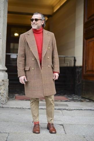 Cómo combinar un pantalón chino marrón claro: Destaca entre otros civiles elegantes con un abrigo largo de tartán marrón claro y un pantalón chino marrón claro. Con el calzado, sé más clásico y opta por un par de zapatos derby de cuero marrónes.