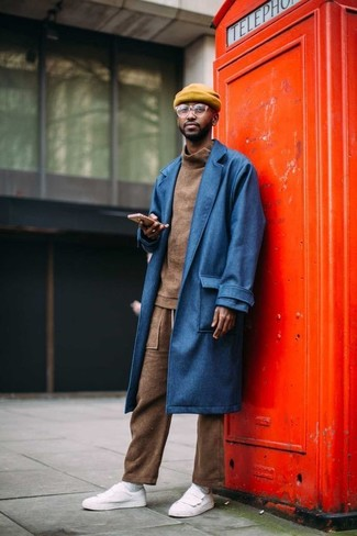 Cómo combinar: abrigo largo azul, jersey de cuello alto marrón, pantalón de chándal marrón, tenis de cuero blancos
