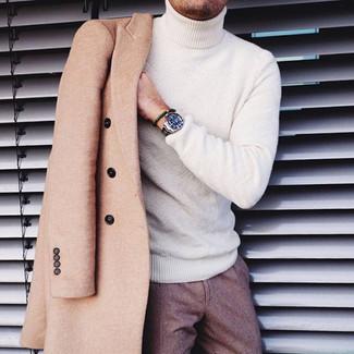Cómo combinar: abrigo largo marrón claro, jersey de cuello alto blanco, pantalón de vestir de lana marrón, reloj plateado