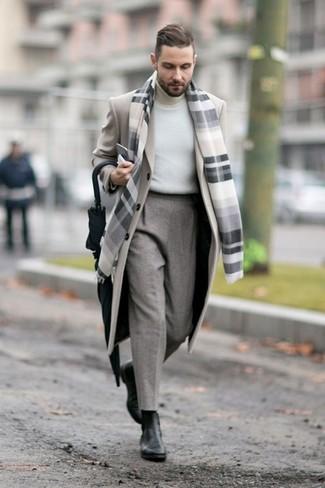 Look de moda: Abrigo Largo en Beige, Jersey de Cuello Alto Blanco, Pantalón de Vestir de Lana Gris, Botines Chelsea de Cuero Negros