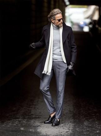 Cómo combinar: abrigo largo negro, jersey de cuello alto gris, pantalón de vestir de lana gris, mocasín de cuero negro