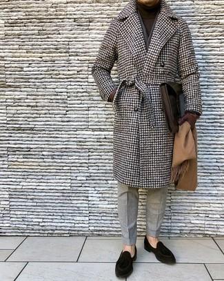 Cómo combinar: abrigo largo de pata de gallo marrón, jersey de cuello alto en marrón oscuro, pantalón de vestir de lana gris, mocasín de ante negro