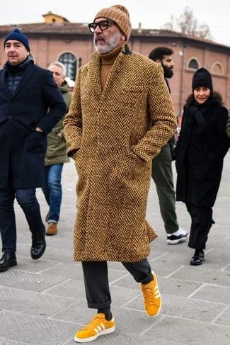 Cómo combinar: abrigo largo de espiguilla marrón, jersey de cuello alto marrón, pantalón de vestir negro, tenis de ante mostaza