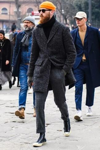 Cómo combinar: abrigo largo en gris oscuro, jersey de cuello alto negro, pantalón de vestir de lana a cuadros en gris oscuro, zapatillas altas de lona negras