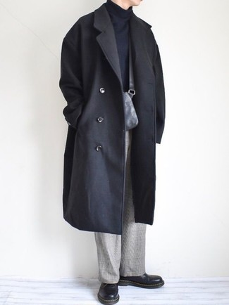 Cómo combinar: abrigo largo negro, jersey de cuello alto negro, pantalón de vestir de tartán gris, zapatos derby de cuero negros