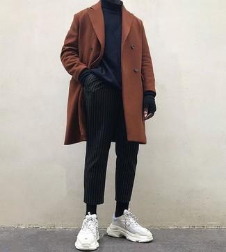 Cómo combinar: abrigo largo en tabaco, jersey de cuello alto negro, pantalón de vestir de rayas verticales negro, deportivas de ante blancas
