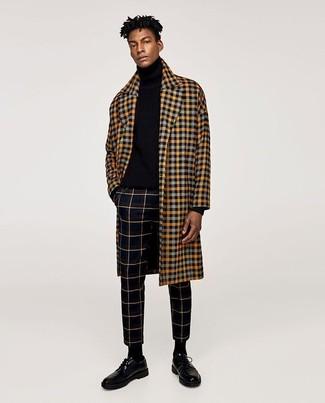Cómo combinar: abrigo largo a cuadros amarillo, jersey de cuello alto negro, pantalón de vestir a cuadros negro, zapatos derby de cuero negros