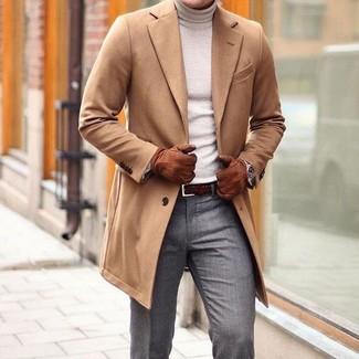 Cómo combinar: abrigo largo marrón claro, jersey de cuello alto en beige, pantalón de vestir gris, correa de cuero tejida en marrón oscuro