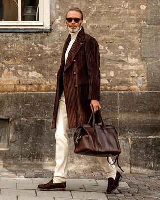 Cómo combinar: abrigo largo en marrón oscuro, jersey de cuello alto blanco, pantalón de vestir blanco, mocasín de ante en marrón oscuro
