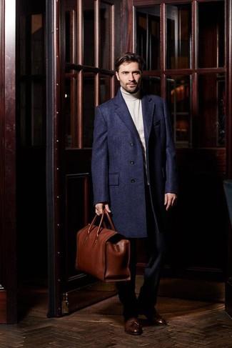 Cómo combinar: abrigo largo azul marino, jersey de cuello alto en beige, pantalón de vestir azul marino, mocasín con borlas de cuero marrón