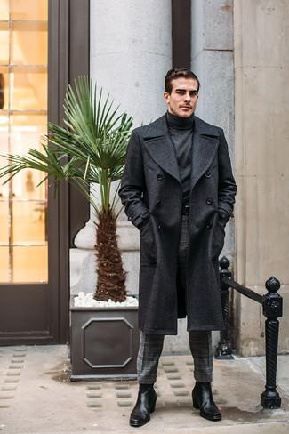 Cómo combinar un jersey de cuello alto en gris oscuro: Utiliza un jersey de cuello alto en gris oscuro y un pantalón de vestir de lana de tartán gris para un lindo look para el trabajo. Botines chelsea de cuero negros son una opción estupenda para complementar tu atuendo.
