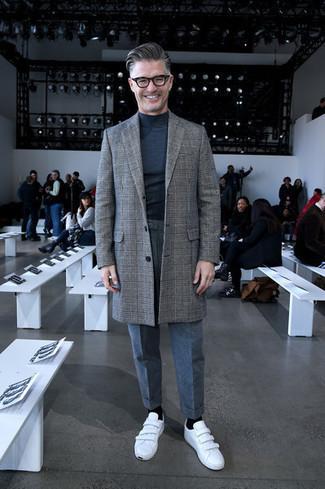 Look de moda: Abrigo largo de tartán gris, Jersey de cuello alto en gris oscuro, Pantalón de vestir de lana gris, Tenis de cuero blancos