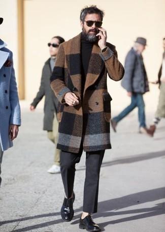 Cómo combinar unas gafas de sol en marrón oscuro: Emparejar un abrigo largo a cuadros marrón junto a unas gafas de sol en marrón oscuro es una opción práctica para el fin de semana. Usa un par de zapatos derby de cuero negros para mostrar tu inteligencia sartorial.