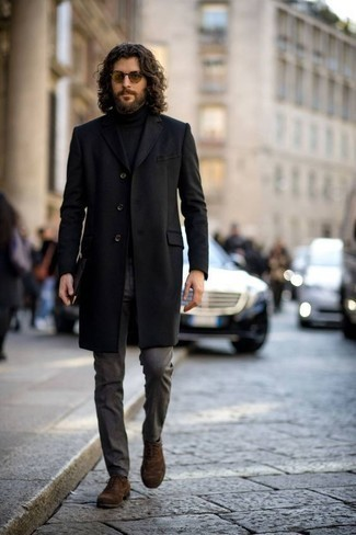 Outfits hombres en clima frío: Empareja un abrigo largo negro junto a un pantalón de vestir en gris oscuro para rebosar clase y sofisticación. Zapatos oxford de ante marrónes son una opción grandiosa para completar este atuendo.