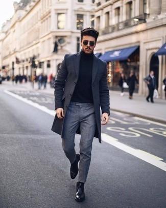 Cómo combinar unas botas safari de cuero negras: Emparejar un abrigo largo en gris oscuro con un pantalón de vestir gris es una opción práctica para una apariencia clásica y refinada. Si no quieres vestir totalmente formal, opta por un par de botas safari de cuero negras.